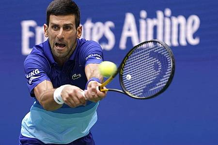 Beantwortet Fragen nach seinem Impfstatus nicht: Novak Djokovic in Aktion. Foto: John Minchillo/AP/dpa