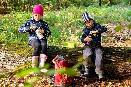 Bei sportlichen Aktivitäten oder beim Spielen vergessen Kinder schnell, etwas zu trinken. Eltern sollten deshalb auf eine regelmäßige Flüssigkeitszufuhr achten. Foto: Benjamin Nolte/dpa-tmn