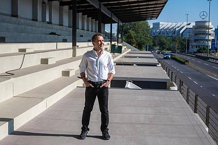 Hamid Djadda, Unternehmer und Bauherr der AVUS Tribüne, steht auf der Baustelle der ehemaligen Tribüne an der AVUS. Foto: Christophe Gateau/dpa