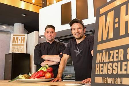 Die Hamburger Köche Tim Mälzer (l) und Steffen Henssler haben ihre erste gemeinsame Primetime-Show auf Vox. Foto: Ulrich Perrey/dpa