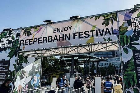 Besucher des Reeperbahn Festivals ckecken mit einem QR-Code ein. Foto: Axel Heimken/dpa
