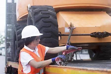 Ob Maschinenführerin oder Baggerfahrerin: Weibliche Auszubildende sind auf der Baustelle immer noch eine Seltenheit. Foto: Sigrid Gombert/Westend61/dpa-tmn