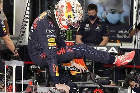 Max Verstappen vom Team Red Bull steigt nach dem Training aus seinem Auto. Foto: Darron Cummings/AP/dpa