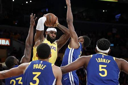 Los Angeles Lakers-Forward LeBron James (oben,l) versucht gegen die Golden State Warriors zu passen. Foto: Ringo H.W. Chiu/FR170512 AP/dpa
