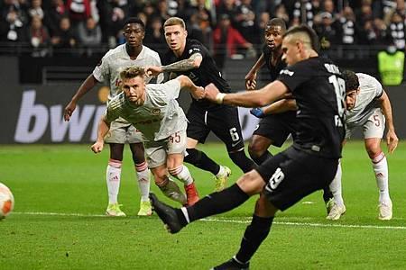 Rafael Santos Borré brachte die Eintracht vom Elfmeterpunkt in Führung. Foto: Arne Dedert/dpa
