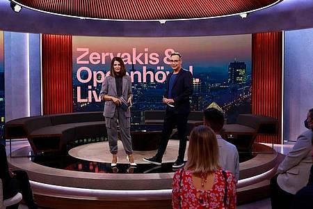 """Die Moderatoren Linda Zervakis (l) und Matthias Opdenhövel im Studio der ersten Sendung von """"Zervakis & Opdenhövel. Live."""". Foto: Bene Mueller/ProSieben/dpa"""