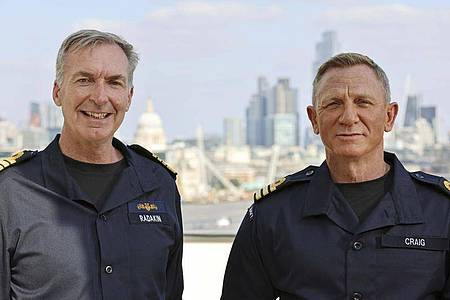 Marinechef Sir Tony Radakin hat Daniel Craig (r) zum Ehren-Commander ernannt. Foto: Lphot Lee Blease/Ministry of Defence/PA Media/dpa