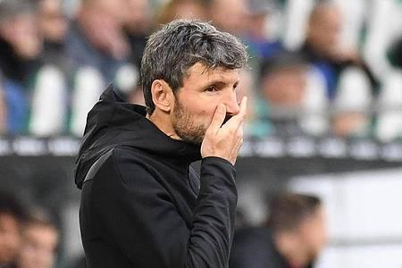 Wolfsburgs Trainer Mark van Bommel gerät unter Druck. Foto: Swen Pförtner/dpa
