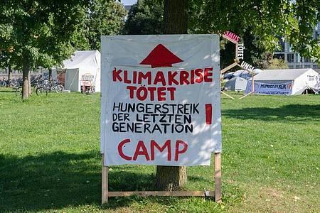 Eine Gruppe junger Erwachsener hatte Ende August in Berlin einen Hungerstreik für eine radikale Klimawende begonnen. Foto: Paul Zinken/dpa