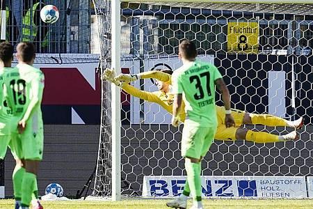 Nur knapp verpasste der SVSandhausen (grüne Trikots) einen Heimsieg gegen Werder Bremen. Foto: Uwe Anspach/dpa
