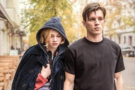 Luna Wedler als Maxi und Jannis Niewöhner als Karl in einer Szene des Films «Je suis Karl». Foto: Sammy Hart/Pandora Film/dpa