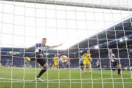 Der Fußball-Samstag war turbulent. Foto: Friso Gentsch/dpa