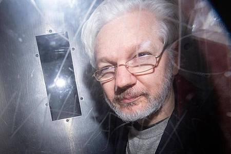 Wikileaks-Gründer Julian Assange verlässt das Westminster Magistrates Gericht nach einer Anhörung zum Auslieferungsgesuch der USA. Foto: Dominic Lipinski/PA Wire/dpa