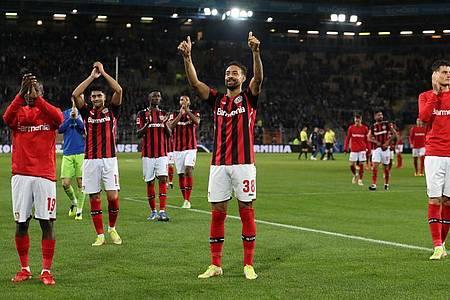 Leverkusens Moussa Diaby (l-r), Nadiem Amiri, Odilon Kossounou, Karim Bellarabi und Patrik Schick feiern den Sieg bei Spielende. Foto: Friso Gentsch/dpa