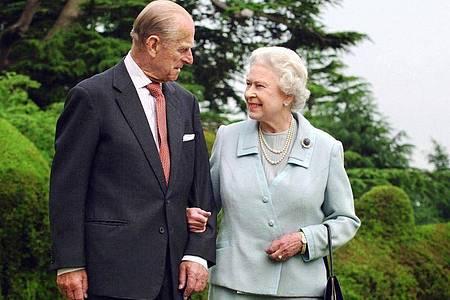 Queen Elizabeth II. und Prinz Philip, Herzog von Edinburgh, stehen in der Gartenanlage von Broadlands in England. (Archivbild). Foto: Fiona Hanson/PA Wire/dpa