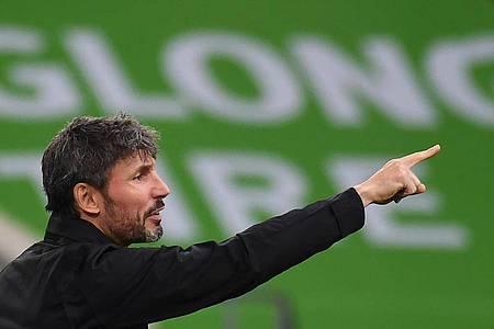 Ist mit Wolfsburg in Salzburg gefordert: VfL-Coach Mark van Bommel. Foto: Swen Pförtner/dpa