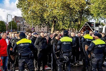 Union-Fans und Polizisten stehen sich in Rotterdam gegenüber. Foto: ROBIN UTRECHT/ANP/dpa