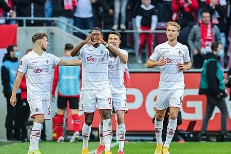 Anthony Modeste (2.v.l) war der gefeierte Kölner beim Derby gegen Leverkusen. Foto: Rolf Vennenbernd/dpa