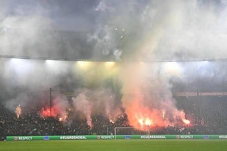 Feyenoord-Fans zündeten vor dem Spiel reichlich bengalische Feuer. Foto: Matthias Koch/dpa