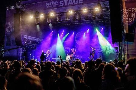 Die Berliner Band Kadavar steht beim Reeperbahn-Festival auf der Arte Concert Stage. Das Reeperbahn-Festival ist ein großes Clubfestival mit Konzerten, Nachwuchsförderung und einer Fachkonferenz der Musik- und Digitalwirtschaft. Foto: Axel Heimken/dpa