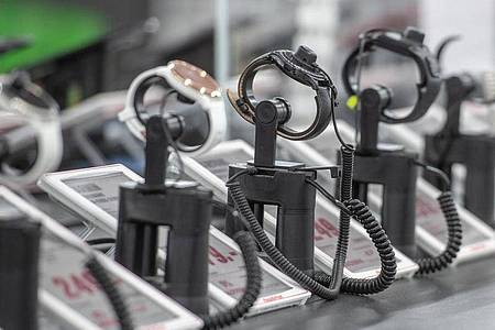 Die traditionelle Armbanduhr verliert angesichts der digitalen Konkurrenz durch Apple Watch und Co. bei vielen Verbrauchern ihren Platz am Handgelenk. Foto: Armin Weigel/dpa