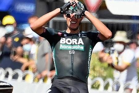 Nils Politt formt nach seinem Tagessieg bei der Tour de France mit den Händen im Ziel ein Herz. Foto: David Stockman/BELGA/dpa