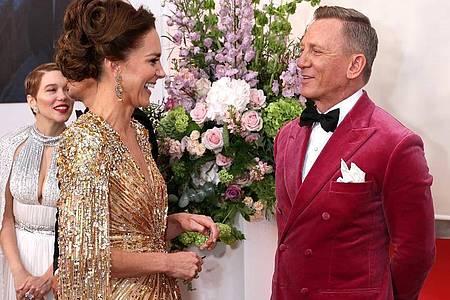 Daniel Craig (l) im Gespräch mit Herzogin Kate bei der Weltpremiere des neuen James Bond Films «No Time To Die». Foto: Chris Jackson/PA Wire/dpa
