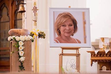 Die herzförmige Urne mit den sterblichen Überresten der Schauspielerin Heide Keller und ein Porträt in der Kirche St. Martin. Foto: Rolf Vennenbernd/dpa