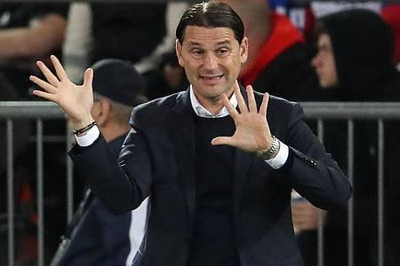 Will als Gruppenerster aus Sevilla zurückkehren: Leverkusens Trainer Gerardo Seoane gestikuliert. Foto: Friso Gentsch/dpa