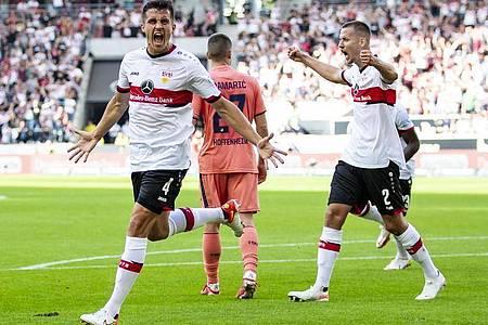 Stuttgarts Marc Oliver Kempf (l) jubelt mit Mannschaftskollegen nach seinem Tor zum 1:0. Foto: Tom Weller/dpa