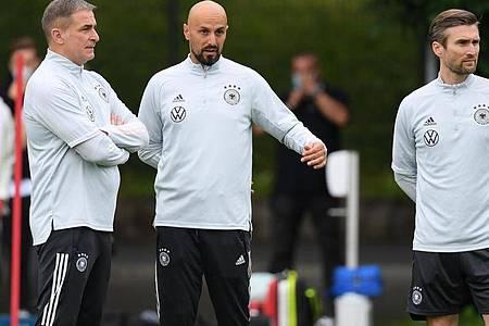 Antonio di Salvo (M.) folgt auf Stefan Kuntz (l) als Cheftrainer des deutschen Fußball-U21-Nationalteams. Foto: Arne Dedert/dpa