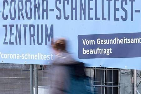 Die bundesweite Sieben-Tage-Inzidenz steigt erneut deutlich an. Foto: Bernd Weißbrod/dpa