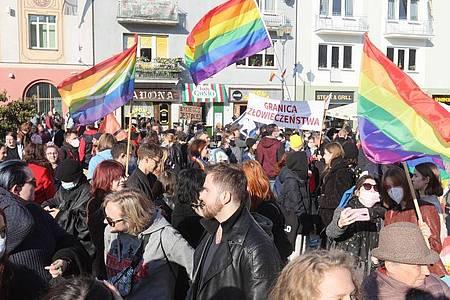 In Polen nehmen Menschen an einer Demonstration zur Gleichberechtigung für Mitglieder der LGBTQ-Community teil. Foto: Artur Reszko/PAP/dpa