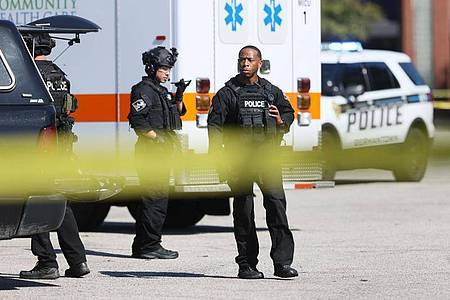 Die Polizei sperrt den Tatort in einem Kroger-Lebensmittelgeschäft ab. Foto: Joe Rondone/The Tennessean/AP/dpa