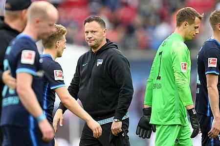 Denkt trotz der zwei hohen Niederlagen von Hertha BSC nicht an Rücktritt: Trainer Pal Dardai (M). Foto: Robert Michael/dpa-Zentralbild/dpa