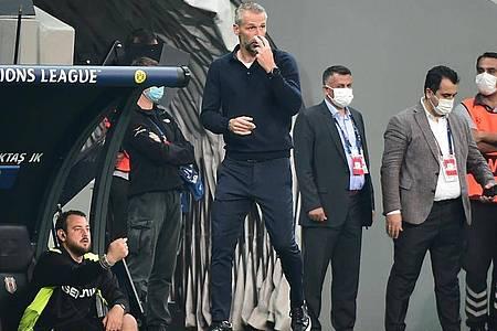 BVB-Trainer Marco Rose (M.) sah von der Seitenlinie genau hin. Foto: Mustafa Alkac/dpa