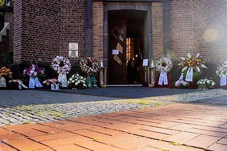 Kränze für Heide Keller. Foto: Rolf Vennenbernd/dpa