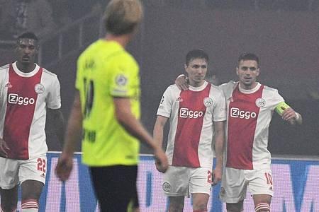 Bereits früh durften die Ajax-Spieler die Führung durch ein Reus-Eigentor bejubeln. Foto: Bernd Thissen/dpa