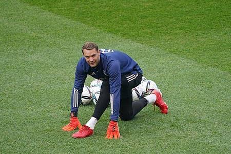 Abschlusstraining der Nationalmannschaft: Torwart Manuel Neuer macht sich warm. Foto: Marcus Brandt/dpa
