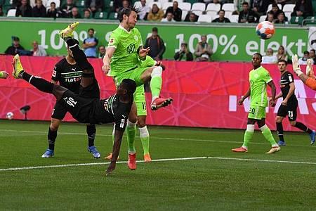 Gladbachs Breel Embolo (l) erzielt in sehenswerter Manier die 1:0-Führung beim VfL Wolfsburg. Foto: Swen Pförtner/dpa