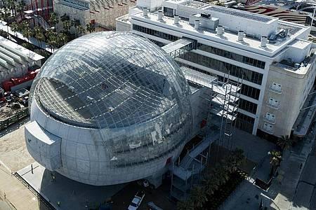 Das Academy Museum of Motion Pictures mit dem angeschlossenen kugelförmigen Theatergebäude ist das erste Filmmuseum Hollywoods. Foto: Ringo Chiu/ZUMA Wire/dpa