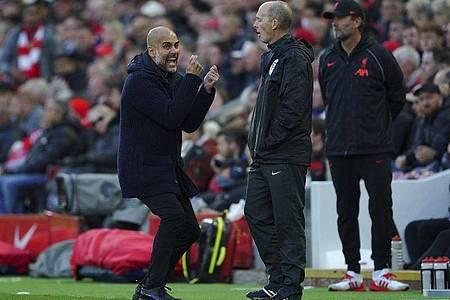 City-Trainer Pep Guardiola (l) war begeistert nach dem 2:2 in Liverpool. Foto: Peter Byrne/PA/AP/dpa