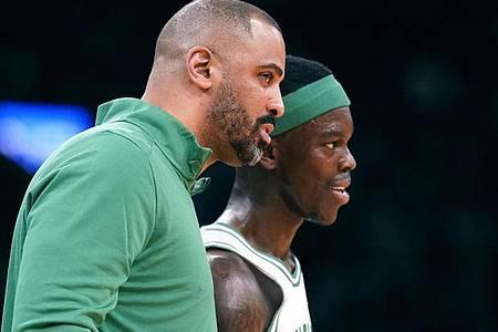 Neustart mit Trainer Ime Udoka (l) und den Boston Celtics für Dennis Schröder. Foto: Charles Krupa/AP/dpa