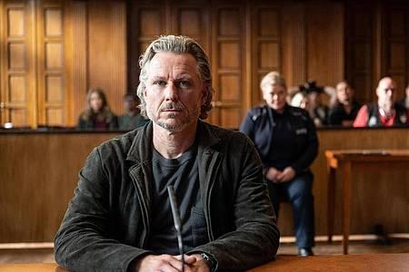 Jochen (Dirk Borchardt) ist sich sicher, wer die Täter sind - Szene des Krimi «Die Jägerin ? Nach eigenem Gesetz». Foto: Christoph Assmann/ZDF/dpa