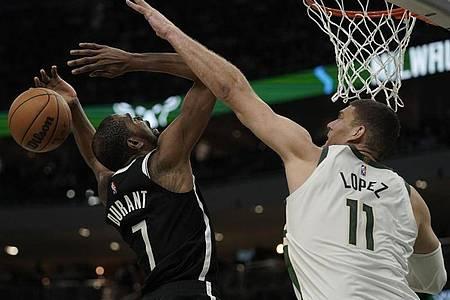 Brook Lopez (r) von den Milwaukee Bucks blockt Kevin Durant von den Brooklyn Nets. Foto: Morry Gash/AP/dpa