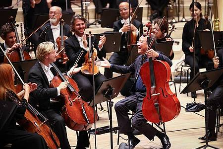 Der Cellist Yo-Yo Ma (vorne, r) erhält den Kunstpreis Praemium Imperiale. Foto: Christian Charisius/dpa