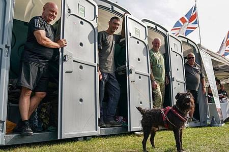 Ian Baillie (l)und seine Kameraden sammeln Spenden für die Hilfsorganisation Forgotten Veterans UK. Foto: Andrew Matthews/PA Wire/dpa