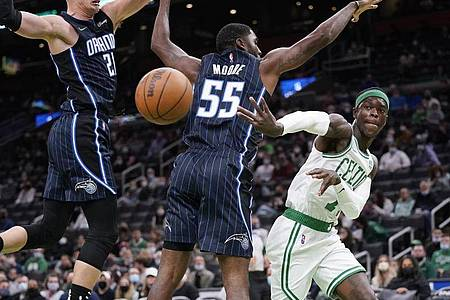 E`Twaun Moore (M/55) und Moritz Wagner (21/l)) von Orlando Magic blocken Celtics-Spieler Dennis Schröder. Foto: Charles Krupa/AP/dpa