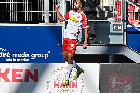 Sarpreet Singh und Jahn Regensburg jubeln über die nächsten drei Punkte. Foto: Armin Weigel/dpa