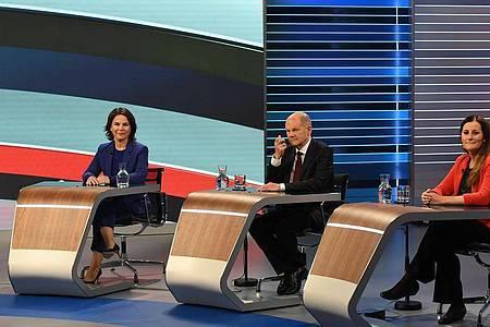 Annalena Baerbock (l.), Olaf Scholz und Janine Wissler sitzen bei der TV-Debatte «Wahl 2021 Schlussrunde». Foto: Tobias Schwarz/POOL/dpa